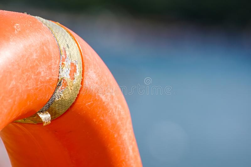 Pomara?czowy ?ycia boja w basenie pomara?czowy lifebuoy na tle woda ?ycia boja dla przeciwawaryjnej skrzynki, Lato obrazy royalty free