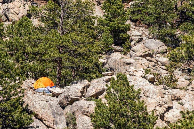Pomarańczowy Campingowy namiot przy Jedenaście mila jaru Kolorado krajobrazami zdjęcia stock