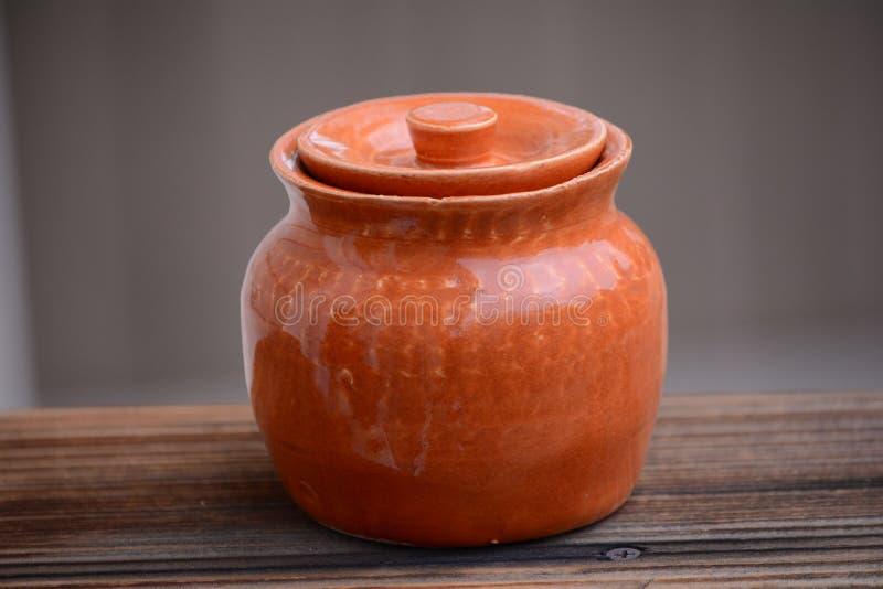 Pomarańczowy ceramiczny garnek fotografia stock
