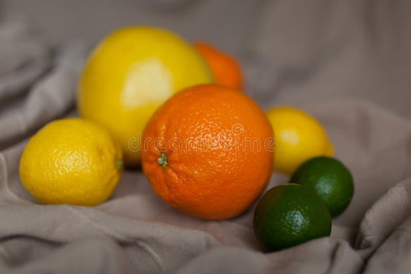Pomarańczowy cytryny wapno na stole z płótnem zdjęcie stock