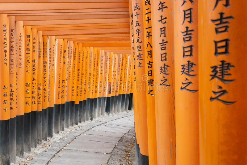 Pomarańczowy drewniany torii tunel w Fushimi Inari Taisha świątyni Ja jest jeden sławny miejsce dla turysty zdjęcia royalty free