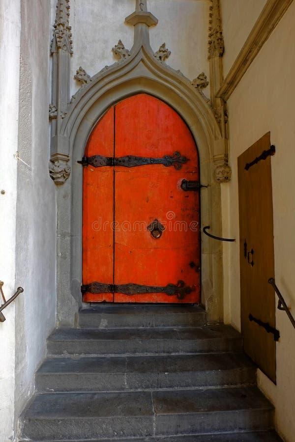 Pomarańczowy drzwi w historycznym budynku fotografia royalty free