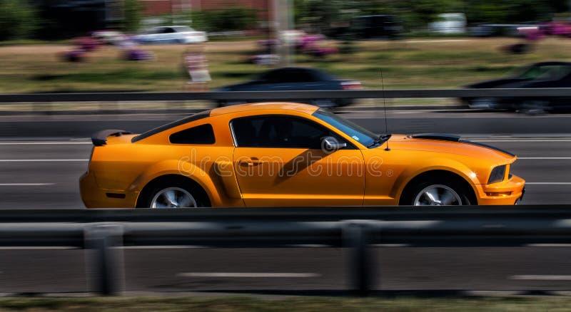 Pomarańczowy Ford mustang GT w mieście fotografia stock