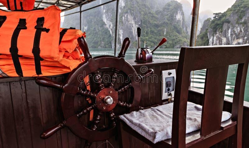 Pomarańczowy kamizelka ratunkowa statek wycieczkowy Drewniany ko?o fotografia royalty free