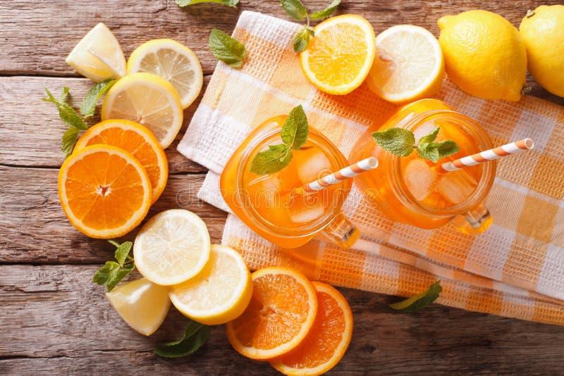 Pomarańczowy koktajl z lodem i mennicą w szklanym słoju zbliżeniu horizo fotografia royalty free