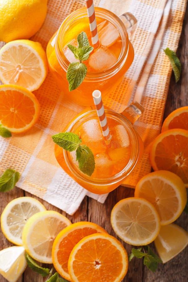 Pomarańczowy koktajl z lodem i mennicą w szklanym słoju zbliżeniu Vertic obraz royalty free