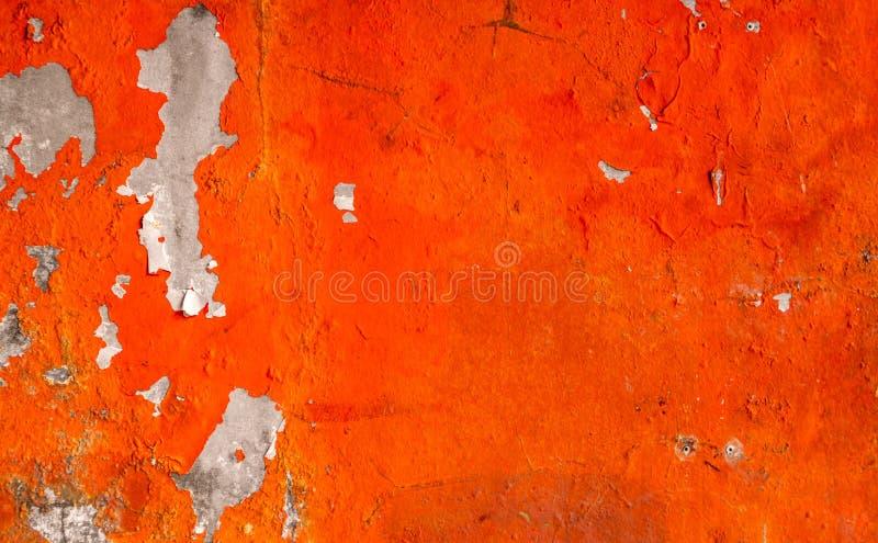 Pomarańczowy kolor malujący na betonowej ścianie struga Stary i brudny ścienny tekstury tło obraz stock
