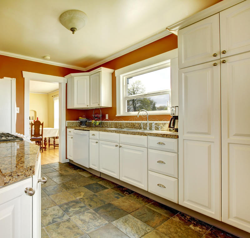 Pomarańczowy kuchenny pokój z białymi gabinetami zdjęcie royalty free