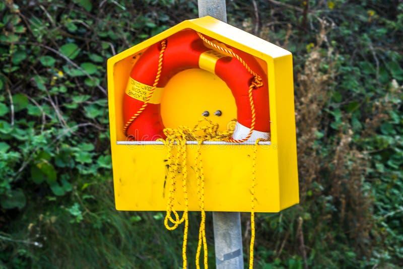 Pomarańczowy lifebelt dla zabezpieczać życie w Irlandia zdjęcia stock