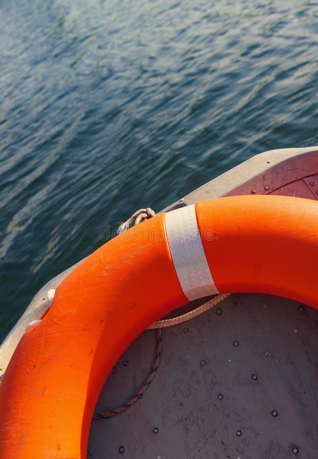 Pomarańczowy lifebelt lying on the beach w łodzi obraz royalty free