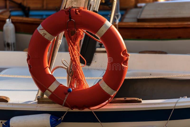 Pomarańczowy Lifebuoy z arkanami na łodzi zdjęcie stock