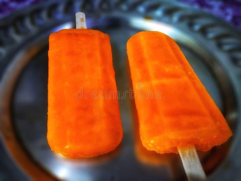 Pomarańczowy lody Słuzyć W talerzu zdjęcia royalty free