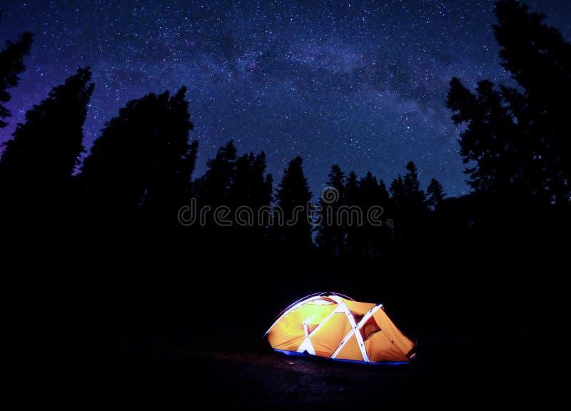 Pomarańczowy namiot pod Milky sposobem przy nocą fotografia stock
