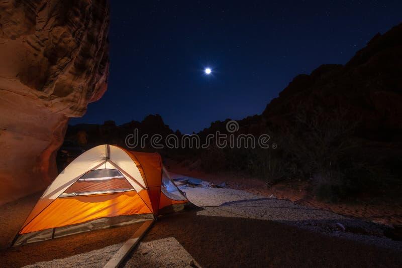 Pomarańczowy namiotowy camping przy nocą z fuul księżyc gwiazdy w niebie i pełno fotografia royalty free