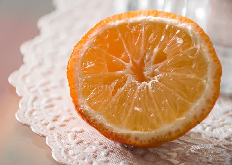 Pomarańczowy owocowy plasterek na stole z tablecloth fotografia royalty free