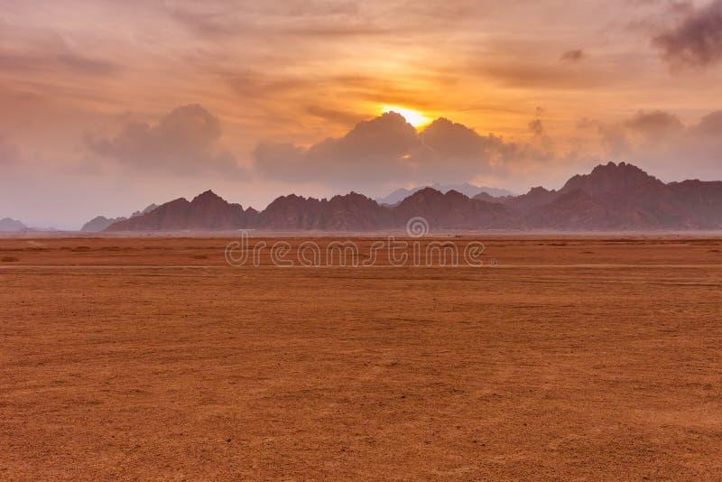 Pomarańczowy piękny zmierzch nad góry przy Synaj pustynią, sharm el sheikh, półwysep synaj, Egipt obraz stock