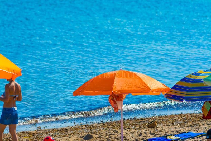 Pomarańczowy plażowy parasol morzem w letnim dniu zdjęcia royalty free