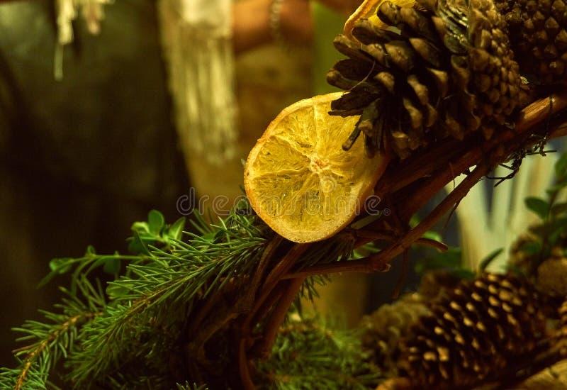 Pomarańczowy plasterek i gomółka na Bożenarodzeniowym wianku obraz stock