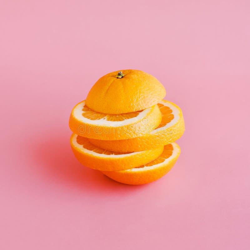 Pomarańczowy plasterek na pastelowego koloru tle lato i zdrowy pojęcie zdjęcia royalty free