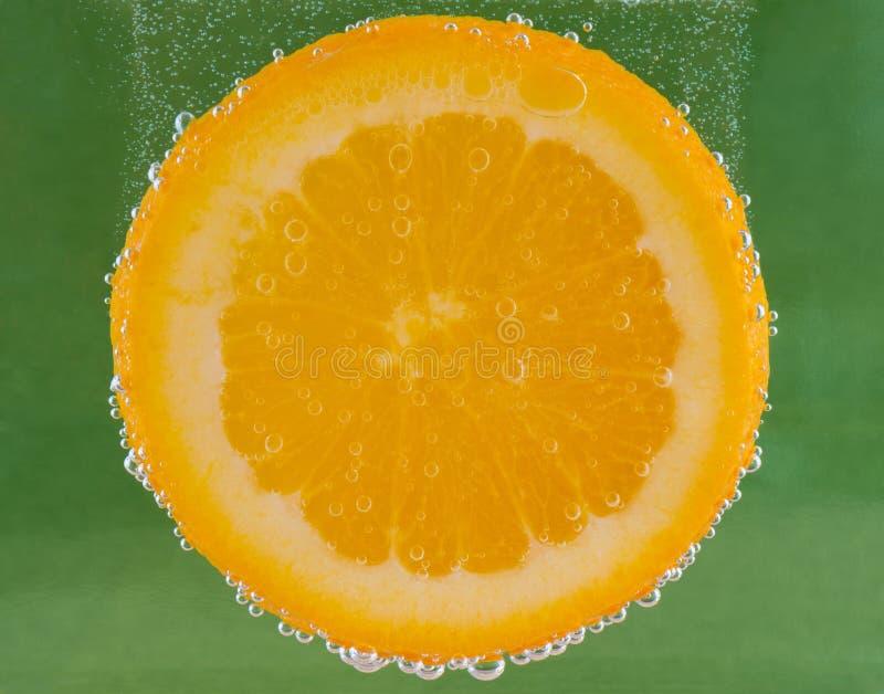 Pomarańczowy plasterek Zanurzający Z bąblami obrazy stock