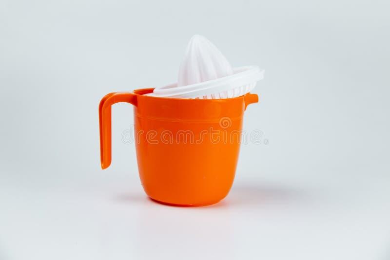 Pomarańczowy plastikowy cytryna wyciskacz odizolowywający na bielu obrazy royalty free