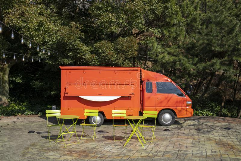 Pomarańczowy pojazd, krzesła i biurka na zewnątrz misia muzeum obrazy royalty free