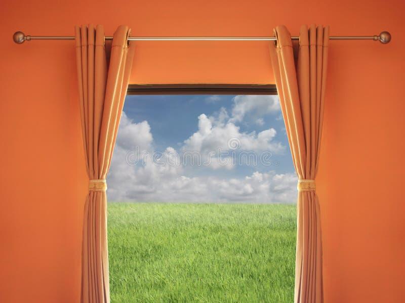 Pomarańczowy pokój okno z storami ty możesz widzieć zieloną łąkę a obrazy stock
