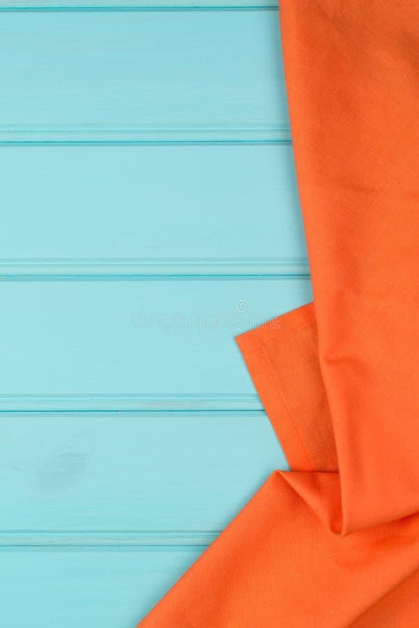 Pomarańczowy ręcznik nad drewnianym stołem obrazy royalty free