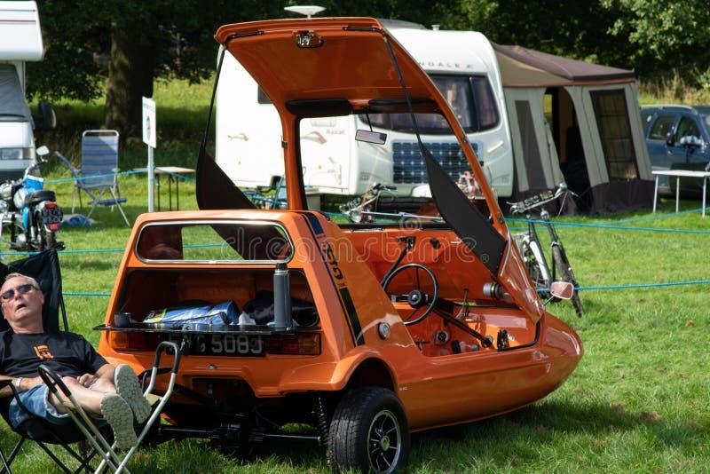 Pomarańczowy rocznik więzi pluskwy samochód zdjęcie stock