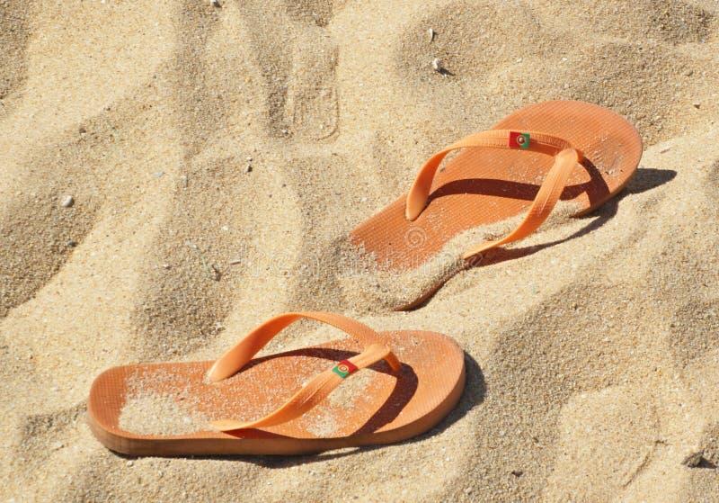 Pomarańczowy trzepnięcie klap piasek na plaży in fine obraz stock