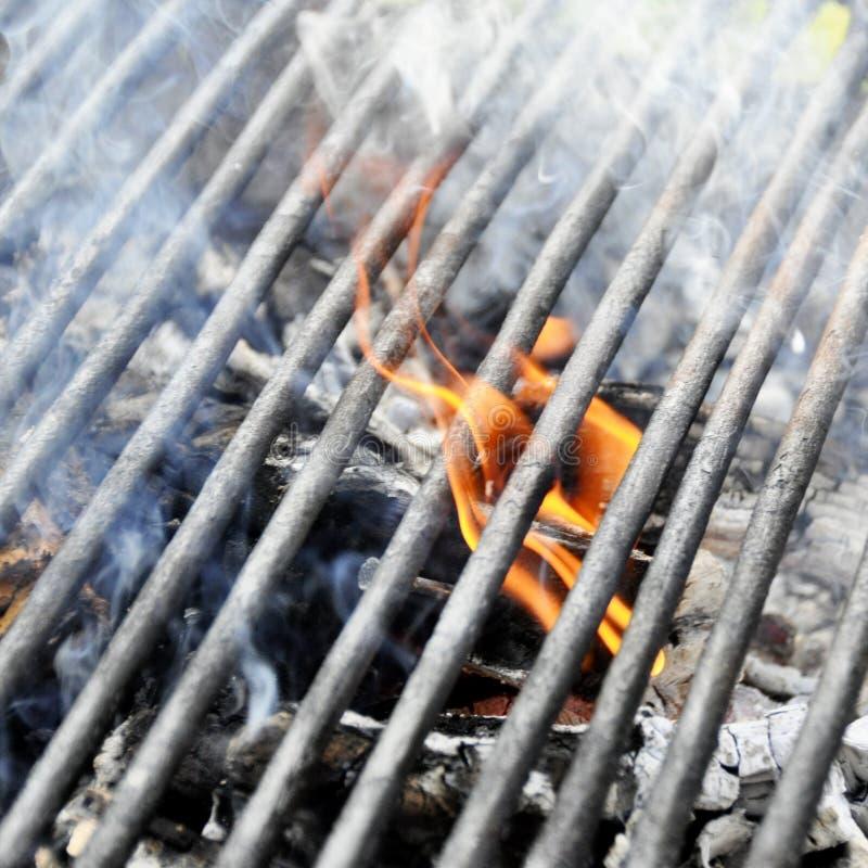 Pomarańczowy węgla drzewnego ogień pod grill kratownicą obrazy royalty free