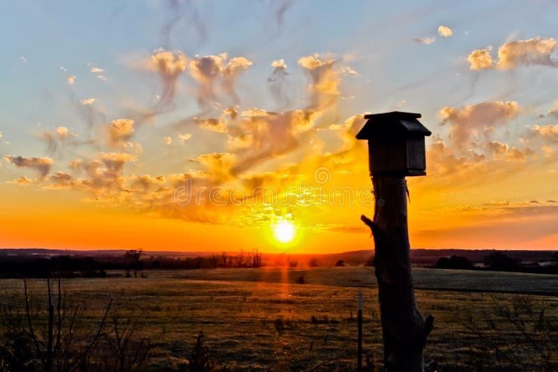Pomarańczowy zmierzch na Arkansas gospodarstwie rolnym zdjęcie stock