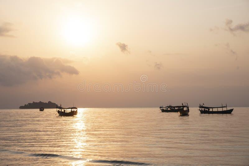 Pomarańczowy zmierzch na tropikalnym nadmorski krajobrazie Kambodża podróży fotografia Morza i nieba widok z łódkowatą sylwetką zdjęcie royalty free
