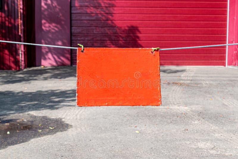 Pomarańczowy znak na claret tle ogrodzenie Przestrze? dla pisa? list lub projekta zdjęcia royalty free