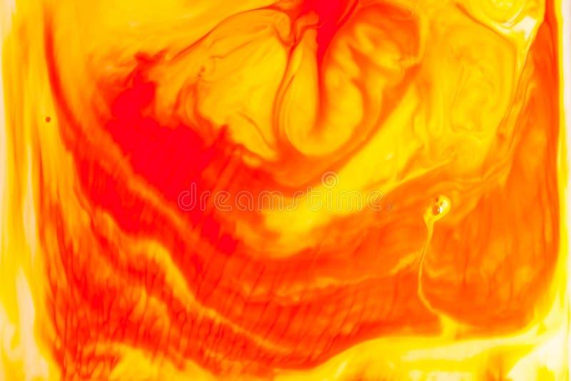 Pomara?czowa nafciana farba na wodnym abstrakcjonistycznym tle obraz stock