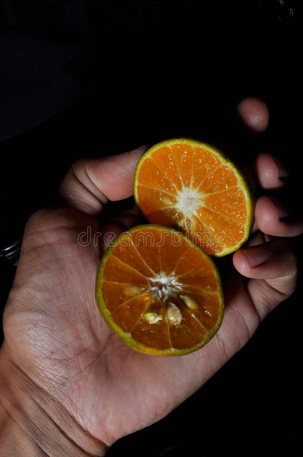 Pomara?czowa owoc odizolowywaj?ca na czarnym tle zdjęcia royalty free
