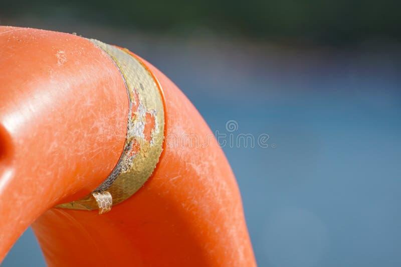 Pomara?czowy ?ycia boja w basenie pomara?czowy lifebuoy na tle woda ?ycia boja dla przeciwawaryjnej skrzynki, Lato obrazy stock