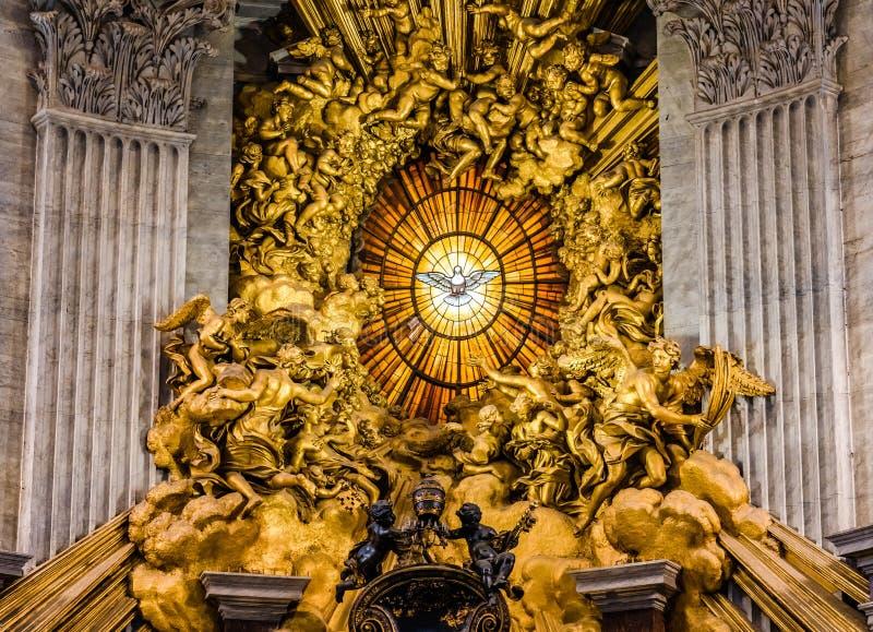 Pomba do vitral do Espírito Santo construído por Gian Lorenzo Bernini em 1660 dentro da basílica do St Petrs imagens de stock