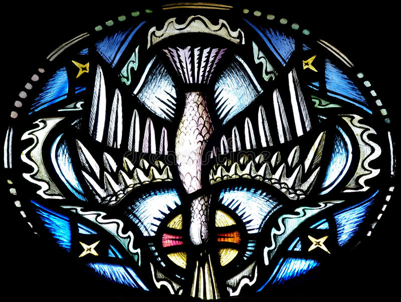 A pomba (Espírito Santo) no vitral imagem de stock royalty free