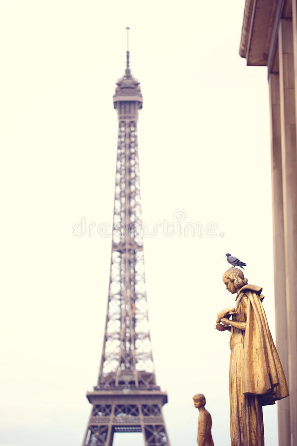 Pombo que está em uma estátua perto da torre Eiffel fotografia de stock royalty free