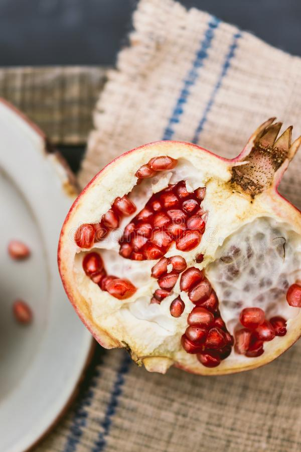 Pomegranaat op houten tafel stock foto