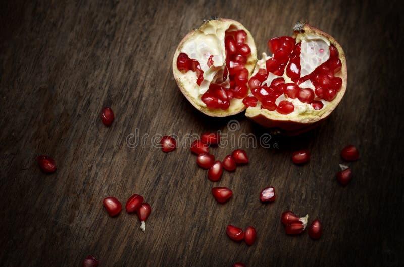 pomegranate плодоовощ показывая ся женщину стоковые изображения