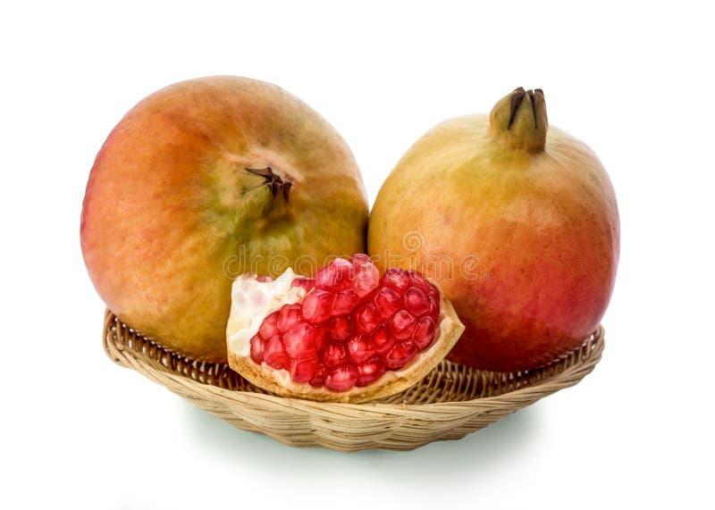Pomegranate som isoleras på vitbakgrund arkivbild