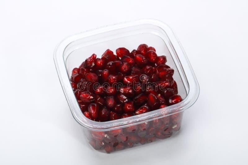 Pomegranetzaden in de plastic doos royalty-vrije stock afbeeldingen