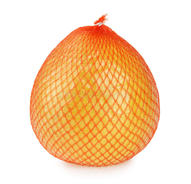 Pomelo φρούτα που τυλίγονται στο καθαρό και πλαστικό φύλλο αλουμινίου που απομονώνεται στοκ φωτογραφία