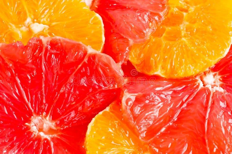 Pomelo redondo seises y rebanadas anaranjadas imagen de archivo