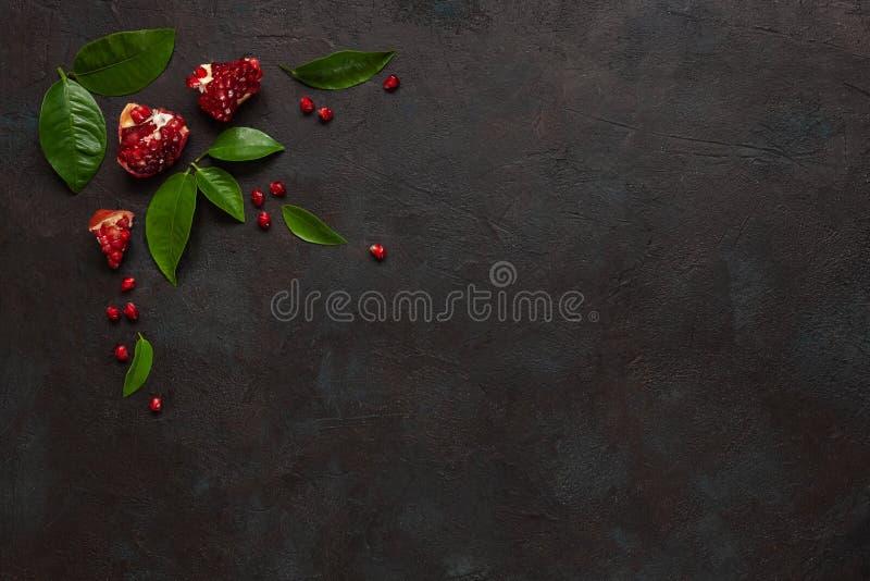 Pomergranate på mörk konkret bakgrund Bästa sikt, slut upp royaltyfri foto