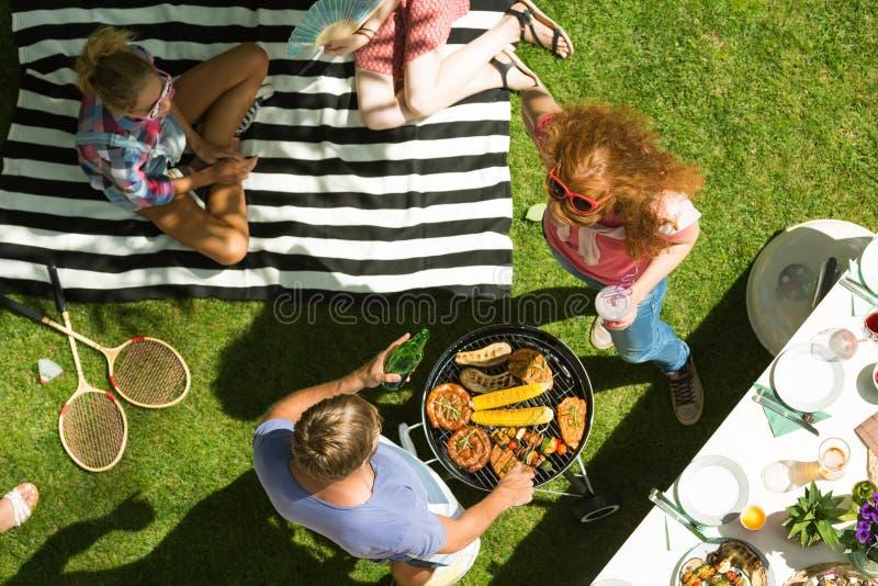 Pomeriggio con il barbecue fotografia stock libera da diritti