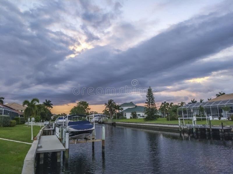 Pomeriggio nuvoloso sopra il chanel dell'acqua fotografia stock libera da diritti