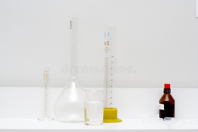 Pomiarowa butla, żarówka i tubka, zdjęcia stock